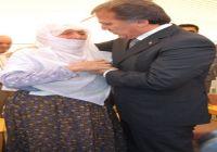 Dönemin Adalet Bakanı Mehmet Ali Şahin, Antalya Manavgat'ta Dağlıca şehidi Mustafa Uysal adına yaptırılan ilköğretim okulunun açılışında şehit anası Nefise Uysal'ın elini öptü