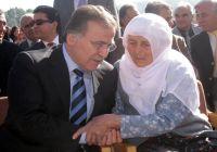 Dönemin Adalet Bakanı Mehmet Ali Şahin, Antalya Manavgat'ta Dağlıca şehidi Mustafa Uysal'ın annesi Nefise Uysal'ı teselli ederken