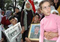 Antalya Manavgat'ta Dağlıca şehidi Mustafa Uysal'ın oğlu ve kızı, cenaze töreninde babalarını son yolculuğuna uğurladı