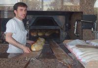 Fırın ustası ekmek çıkarırken